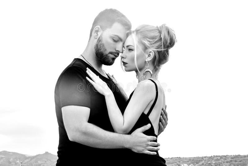 In liefde Oostelijk paar in bergen van de omhelzingen en de kussen van Cappadocia Liefde en emoties die paar van het vacationing  royalty-vrije stock afbeeldingen