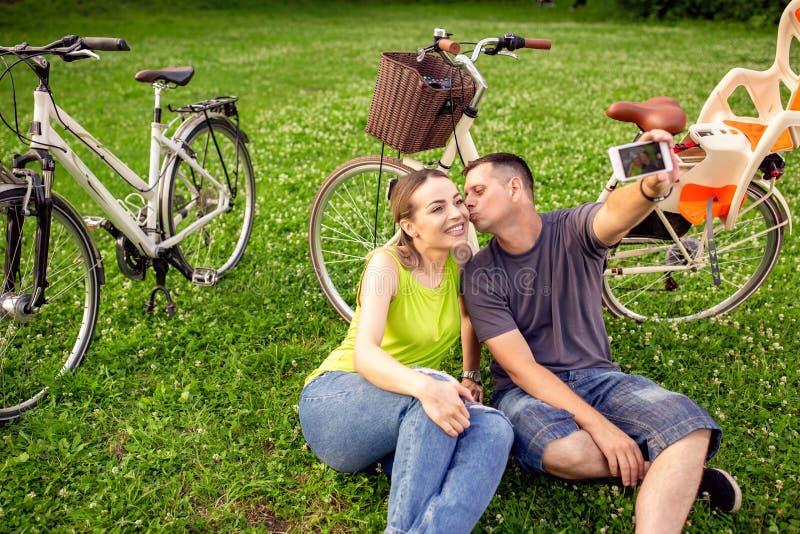 Liefde, technologie, verhoudings, familie en mensenconcept - smil stock afbeelding