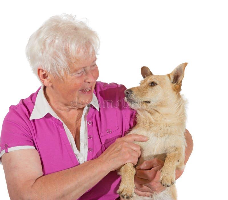 Liefde tussen een bejaarde en haar hond stock fotografie