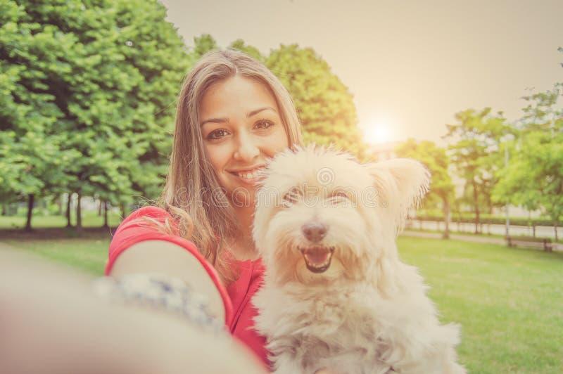 Liefde tussen mens en hond stock fotografie