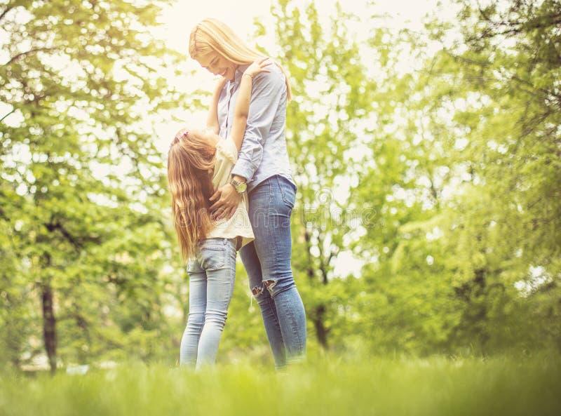 Liefde tussen moeder en dochter stock fotografie