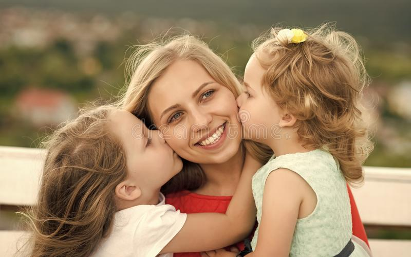 Liefde van moeder Gelukkige kinderjaren, familie, liefde stock fotografie