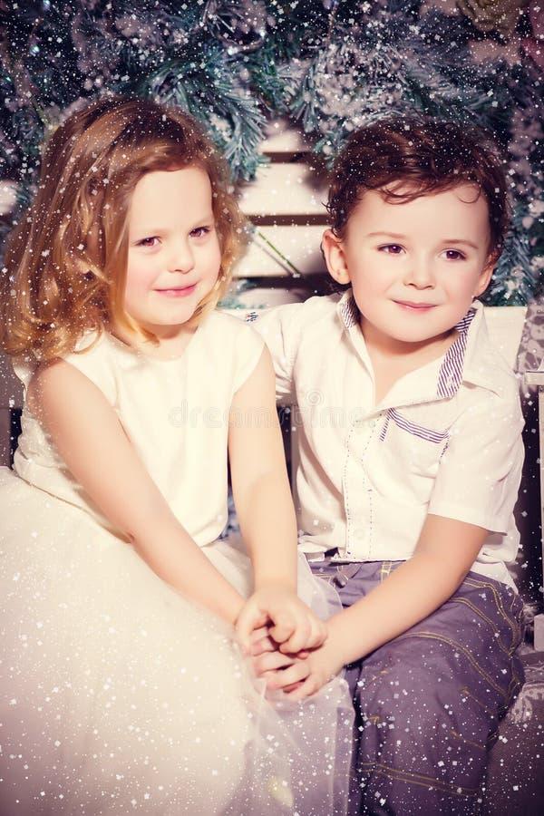 Liefde van weinig jongen en meisje royalty-vrije stock foto's