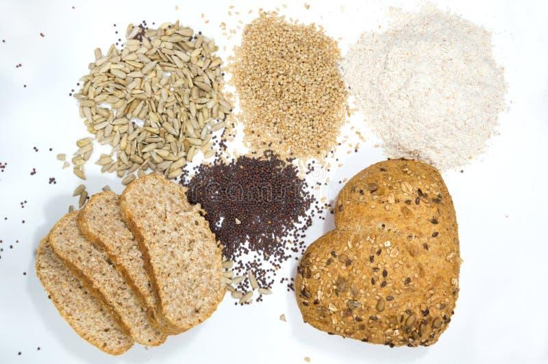 Liefde voor volkorenbrood met zaden op witte achtergrond stock foto's