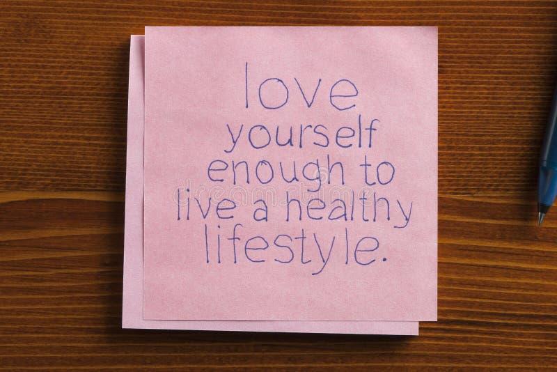 Liefde zelf op een nota wordt geschreven die stock afbeelding