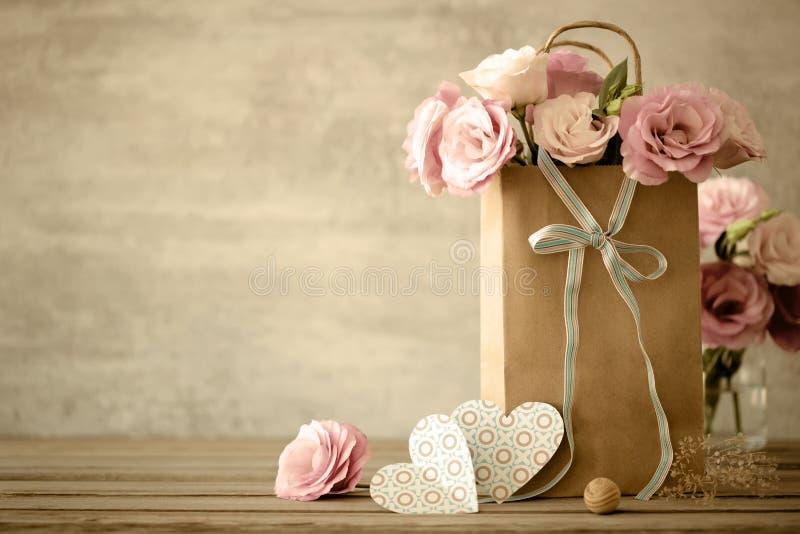 Liefdeachtergrond met bloemen en boog royalty-vrije stock fotografie