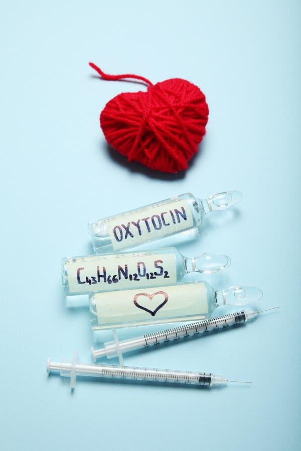 Liefdeanalyse en ontdekking Oxytocin hormoon in ampullen royalty-vrije stock foto's