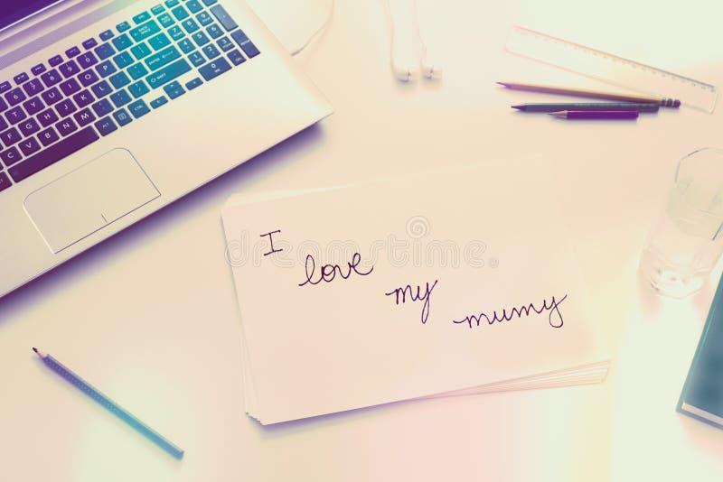 Liefdebericht van een kind aan een moeder stock afbeelding
