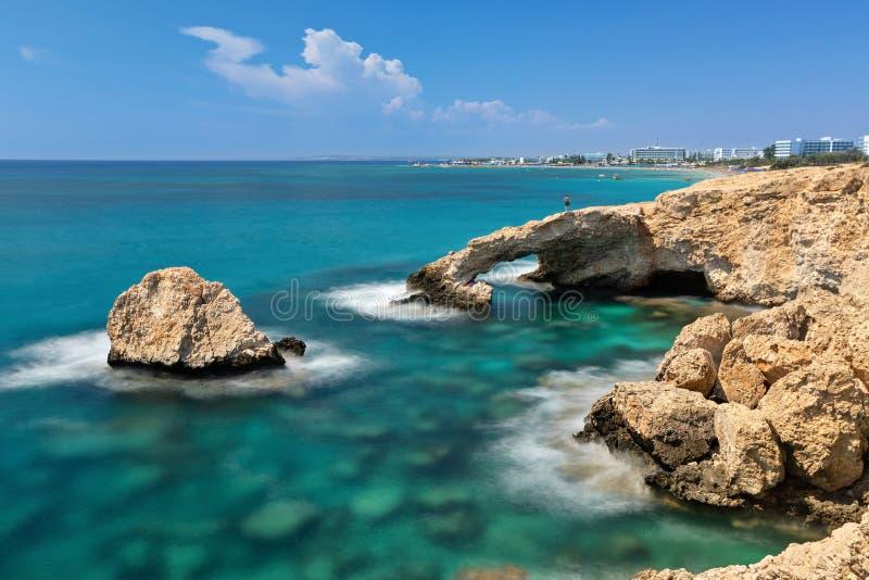 Liefdebrug - schilderachtige natuurlijke vorming in Ayia Napa, Cyprus stock foto's