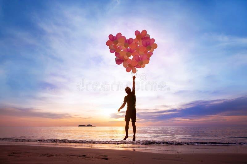 Liefdeconcept, mens die met hart van ballons vliegen royalty-vrije stock foto's