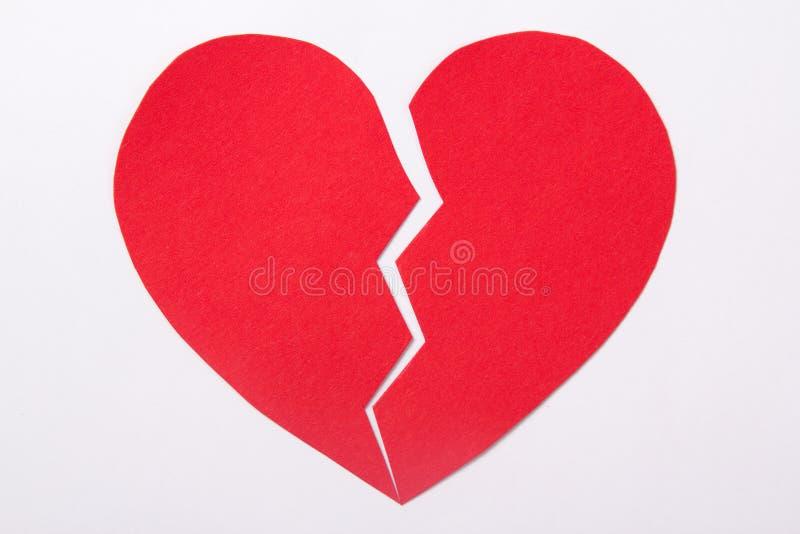 Liefdeconcept - rood document gebroken hart over wit royalty-vrije stock afbeeldingen