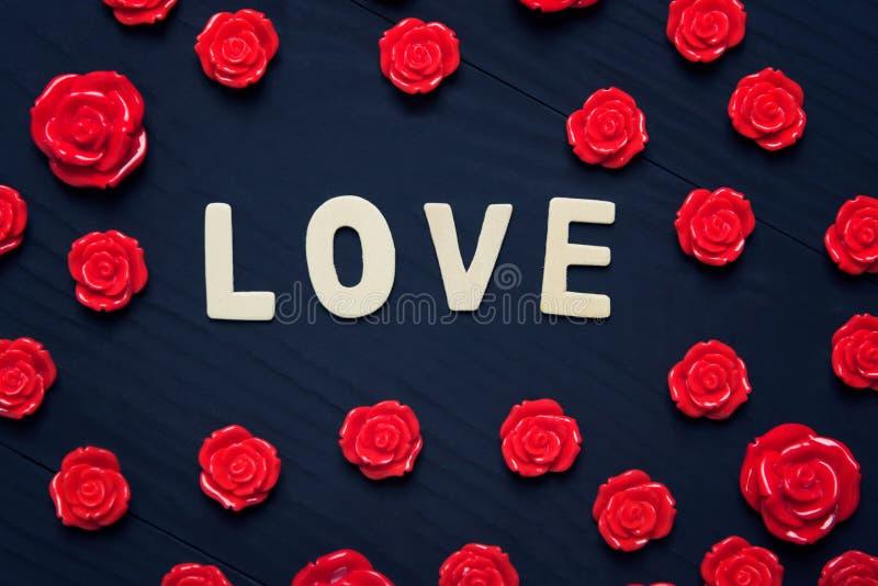 Liefdehart op houten zwarte achtergrond, het concept van de valentijnskaartendag royalty-vrije stock foto