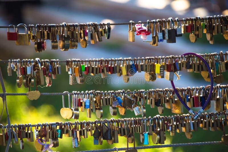 Liefdeketens op Ljubljanica-rivierbrug royalty-vrije stock fotografie