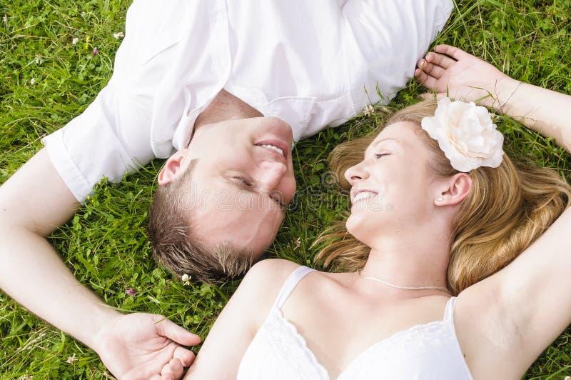 Liefdepaar in het gras royalty-vrije stock foto