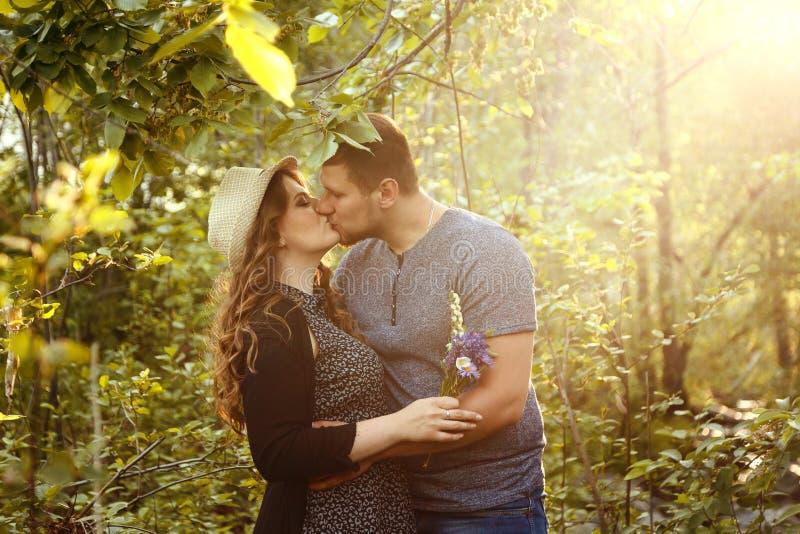 Liefdepaar het kussen, de dag van Valentine ` s, minnaars, jong paar, wittebroodsweken, stock fotografie