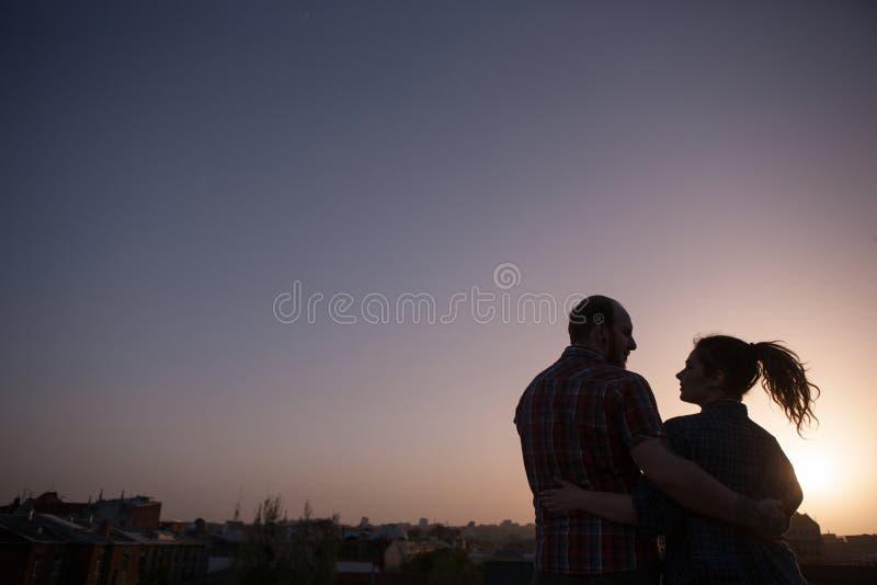 Liefdepaar in mooie zonsondergang stock foto's