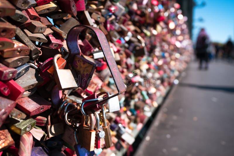 Liefdeslot op een brug royalty-vrije stock afbeeldingen