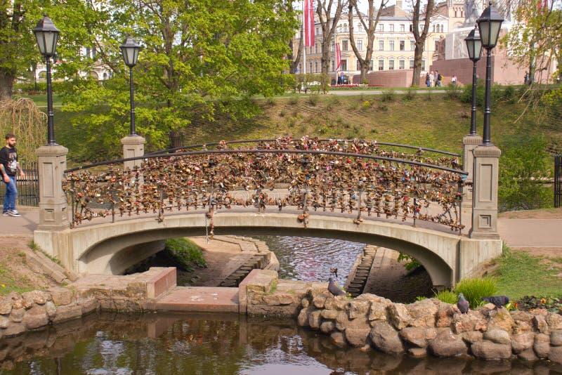 Liefdesloten op brug in Riga letland stock foto's