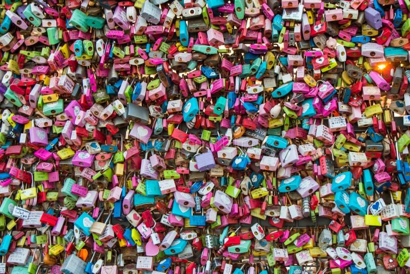 Liefdesloten op de Toren van Seoel N stock fotografie