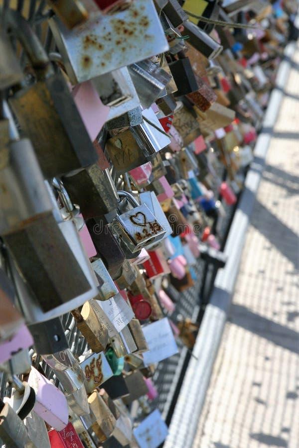 Liefdesloten op een brug stock foto's