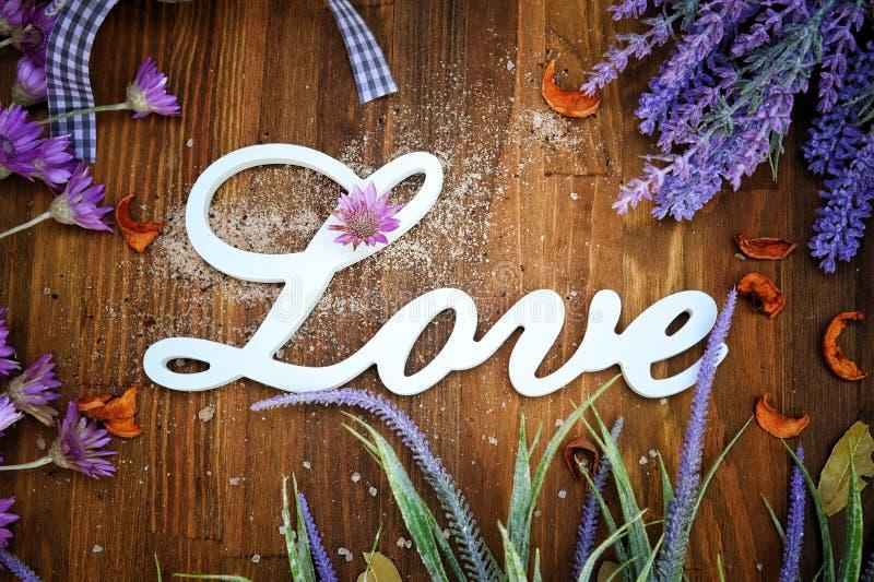 Liefdetekst op een rustieke houten achtergrond met lavendel royalty-vrije stock foto