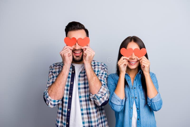 Liefdeverhaal van zoet, vrolijk, positief, glimlachend paar in overhemd stock foto's