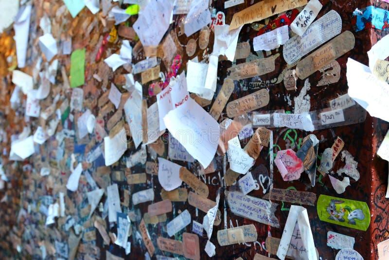 Liefdeverklaring bij het huis van Juliet in Verona, Italië royalty-vrije stock foto