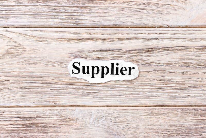 Lieferant des Wortes auf Papier Konzept Wörter des Lieferanten auf einem hölzernen Hintergrund lizenzfreie stockbilder