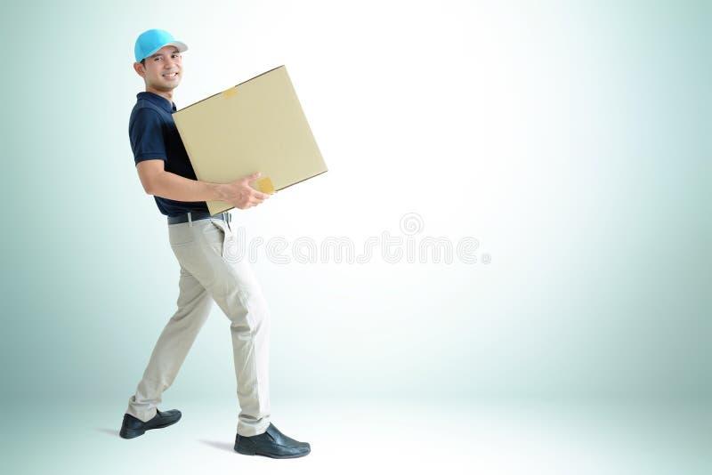 Lieferbote, der einen Papppaketkasten trägt stockfoto
