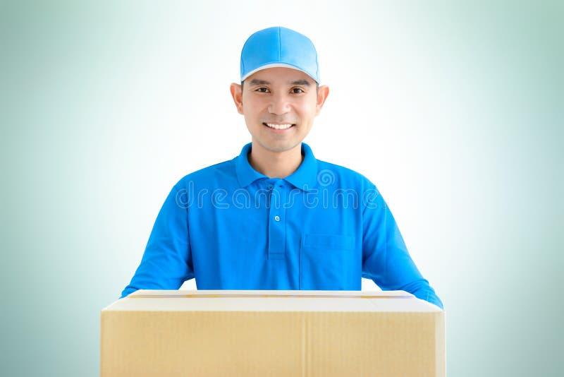 Lieferbote, der einen Papppaketkasten trägt lizenzfreie stockfotografie