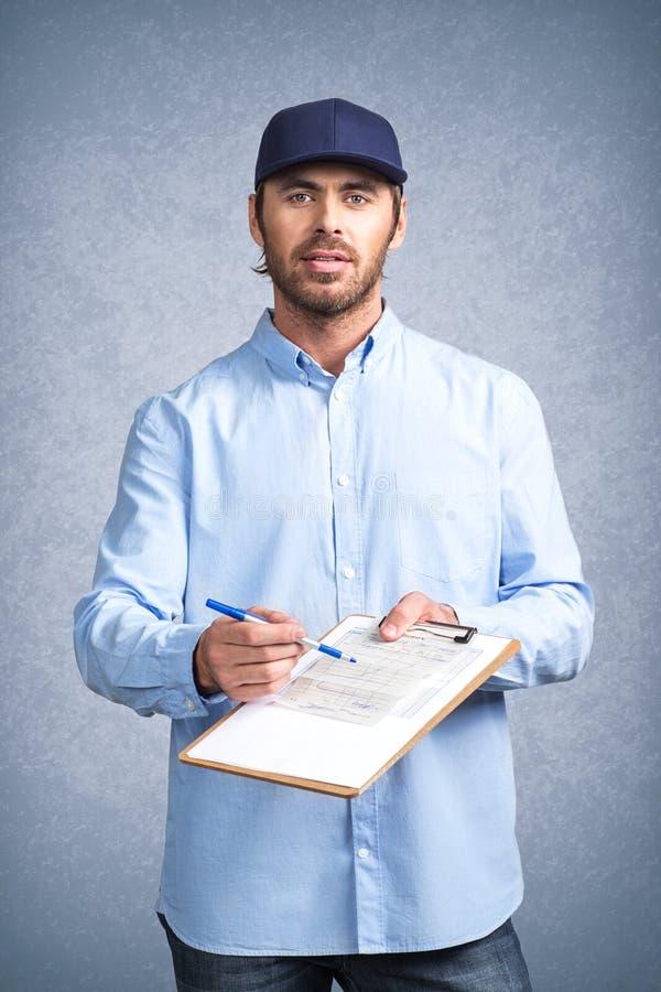 Lieferer bitten, Rechnung zu unterzeichnen lizenzfreies stockfoto