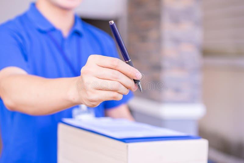 Lieferer, der dem Kunden eine Stift- und Rechnungsrechnung gibt Lieferungsservicekonzept stockbilder