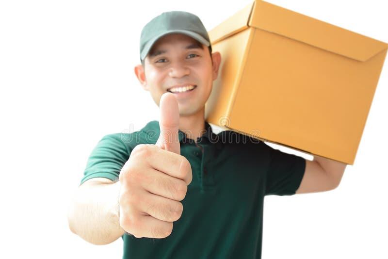 Lieferer, der einen Paketkasten aufgibt Daumen trägt lizenzfreie stockfotografie