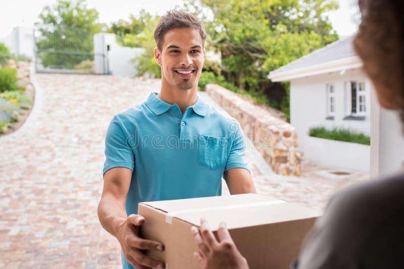 Lieferer, der Paket liefert lizenzfreie stockfotos