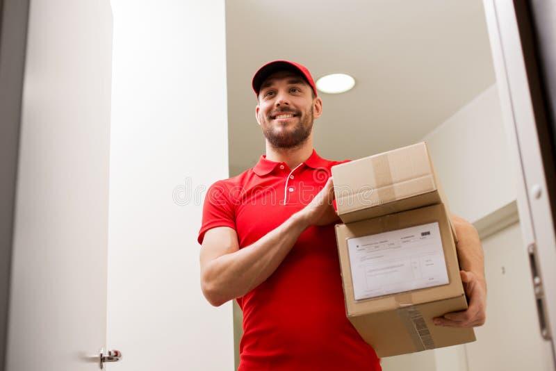 Lieferer mit Paketkästen an der Kundentür lizenzfreie stockfotografie