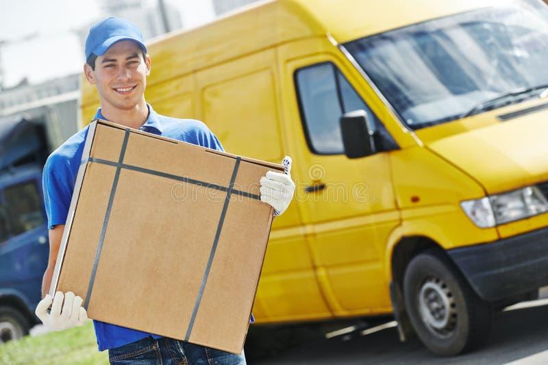 Lieferer mit Paketkasten lizenzfreies stockbild