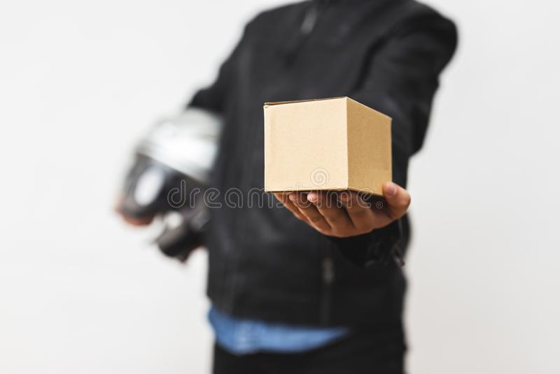 Liefererstellung mit Paketbriefkasten - das Lieferungsservicekonzept lizenzfreie stockfotos
