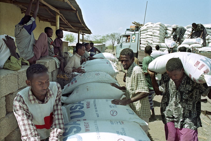 Liefern Sie Lebensmittelhilfe für fern vorbei rotes Kreuz in Äthiopien stockbilder