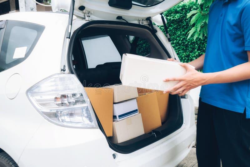 Liefern Sie Service, Postsendung und logistisches Konzept stockbild