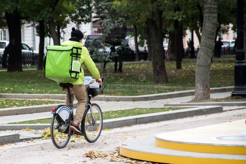 Lieferung auf dem Fahrrad auf der Stadt lizenzfreies stockfoto