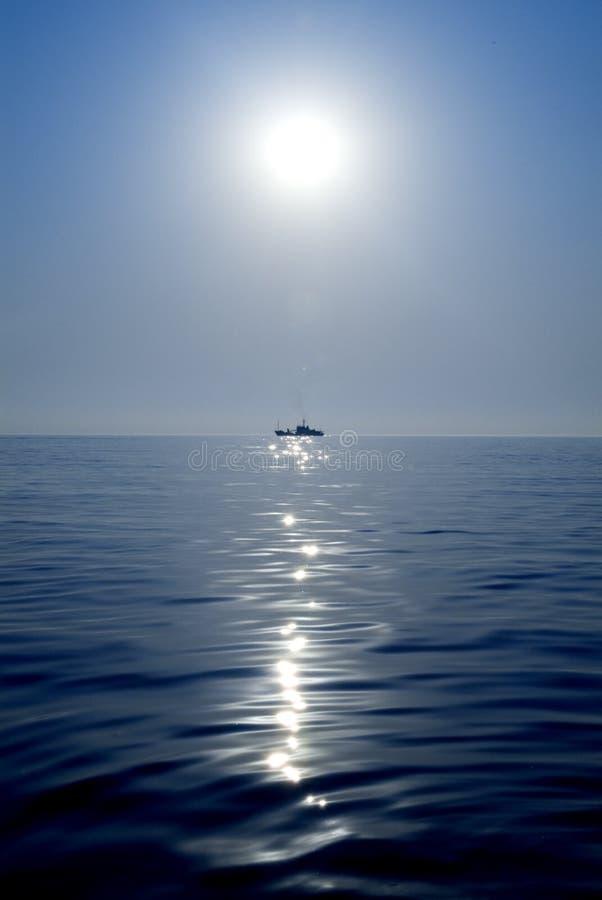 Lieferung auf dem Meer lizenzfreie stockbilder