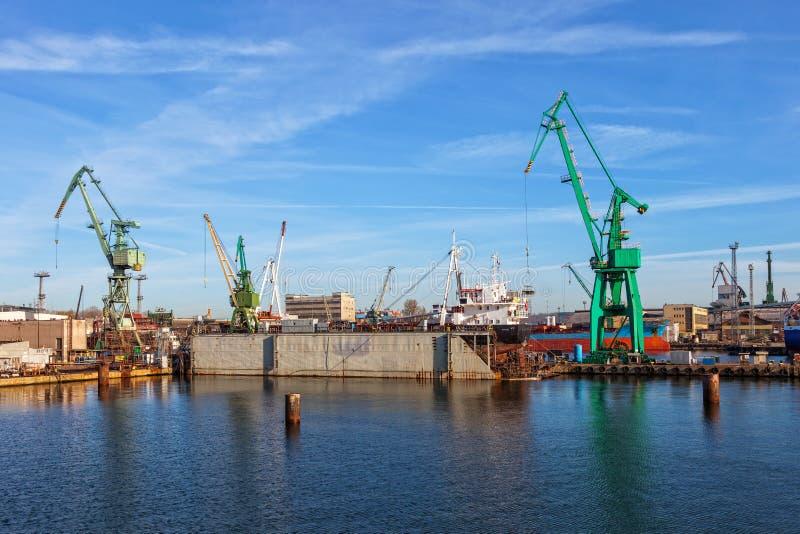 Lieferung auf einem trockenen Dock stockfotos