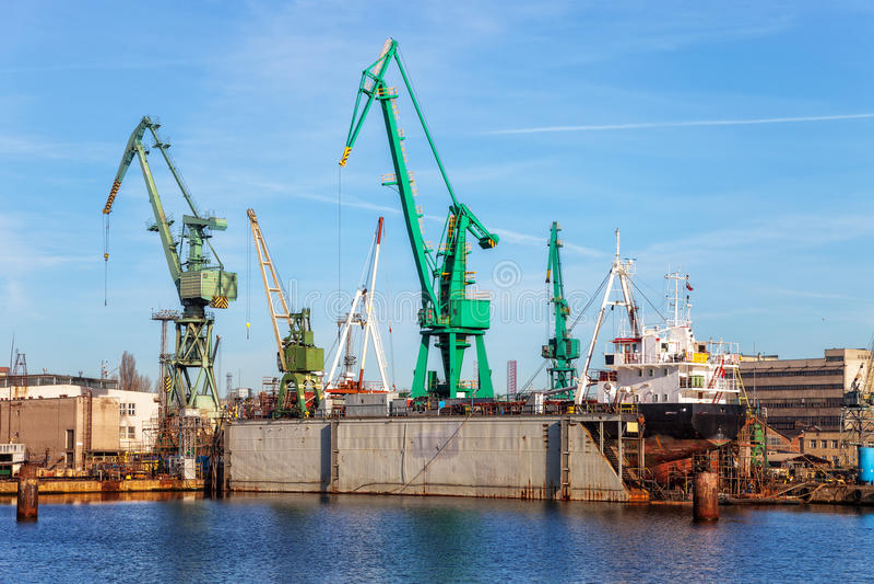 Lieferung auf einem trockenen Dock stockbilder