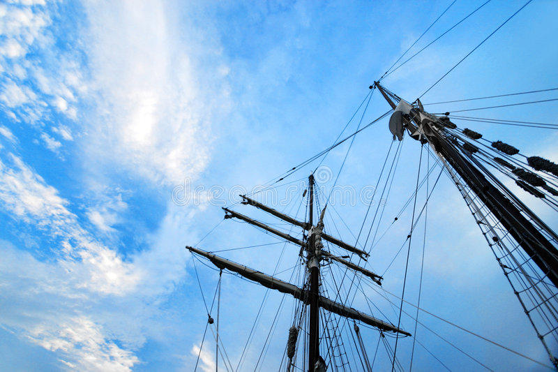 Lieferung bemastet Takelung gegen blauen Himmel lizenzfreies stockfoto