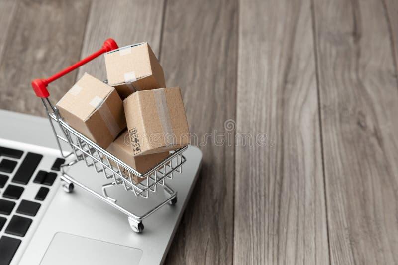 Lieferung des Auftrages vom Online-Shop Sehr flacher DOF! Konzentrieren Sie sich auf der Hand und auf die Karte Kästen mit Waren  lizenzfreie stockfotos