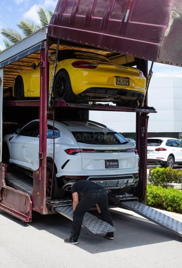 Lieferung eines Luxusautos stockfotografie