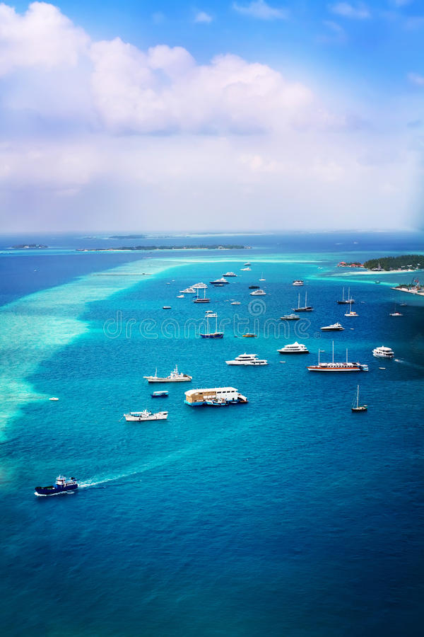 Lieferungen im Ozean nahe Strand in der maledivischen Insel stockbild