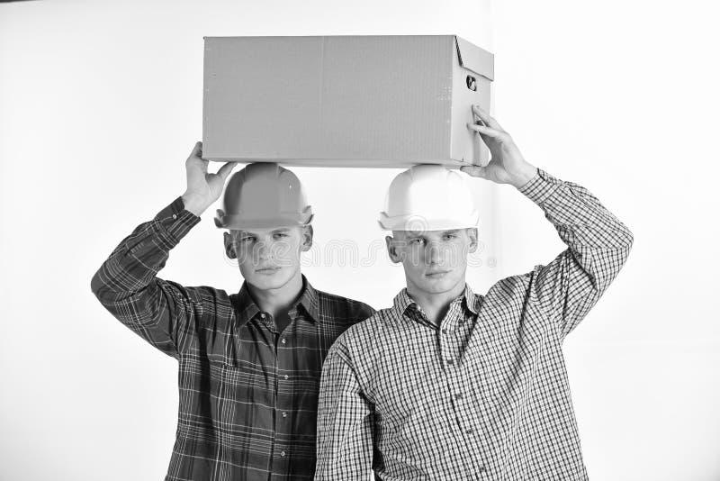 Lieferungs-, Lager- und Paketkonzept Männer mit ernsten Gesichtern stockbilder
