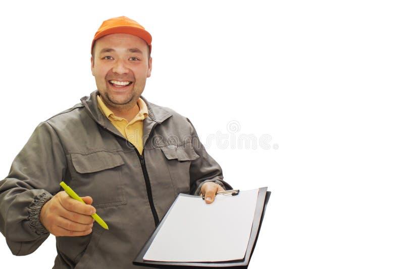 Lieferungskonzeptporträt einer Lieferungsperson oder -kuriers, die Form des Bestätigungsdokuments für Unterzeichnung zeigend Loka lizenzfreie stockfotografie