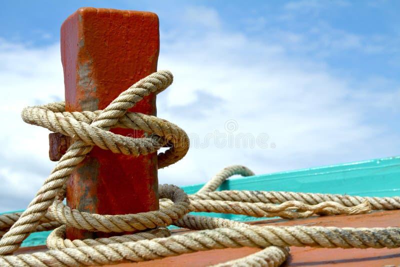 Lieferungsschiffspoller stockfotos